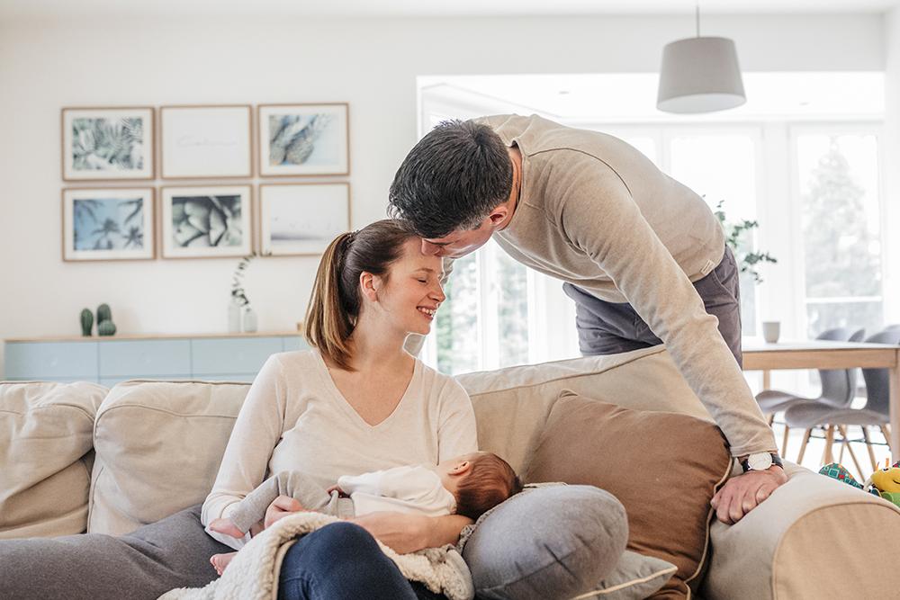 natürliche Kinderbilder, dokumentarische familienfotos, familienbilder im Alltag, familienshooting zu Hause