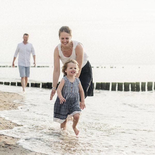 familienfotos_rügen-rostock-ostsee_warnemünde, familienfoto, familienfotograf_rostock, familienshooting, natürliche familienbilder