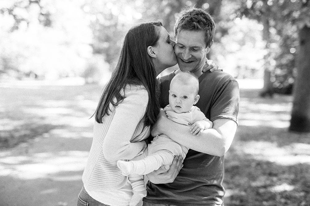 anke schmidt, photogenio, familienfotograf rostock, familienbilder, natürliche familienfotos, kinderfotos, emotionale babyfotos, familienbilder in der natur, familienfotograf rostock